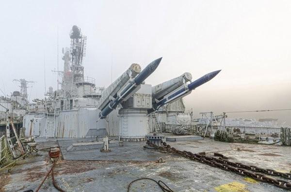 Кладбище военных кораблей во Франции в объективе фотографа (23 фото)