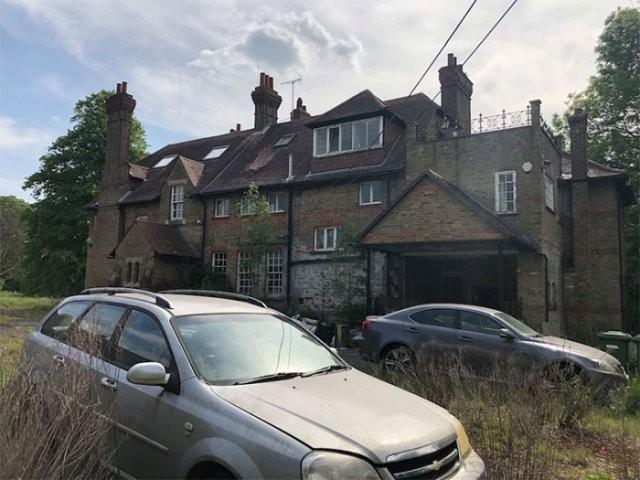 В Англии нашли особняк, из которого тайно исчезли жильцы (25 фото)