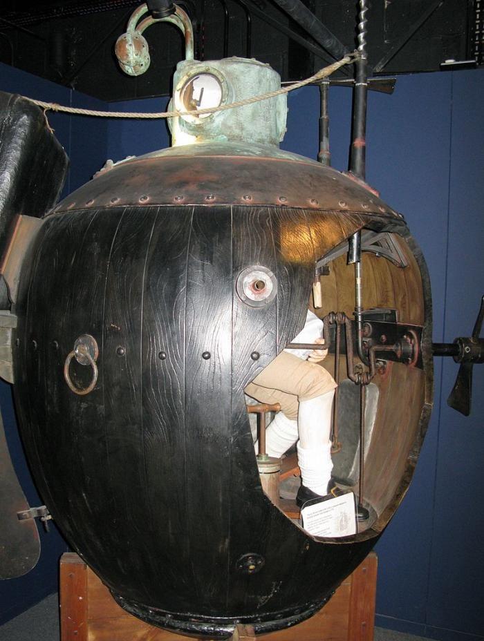История первой в мире боевой подводной лодки (8 фото)