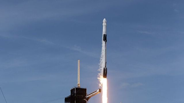 Ракета Falcon 9 с пилотируемым космическим кораблем (5 фото)