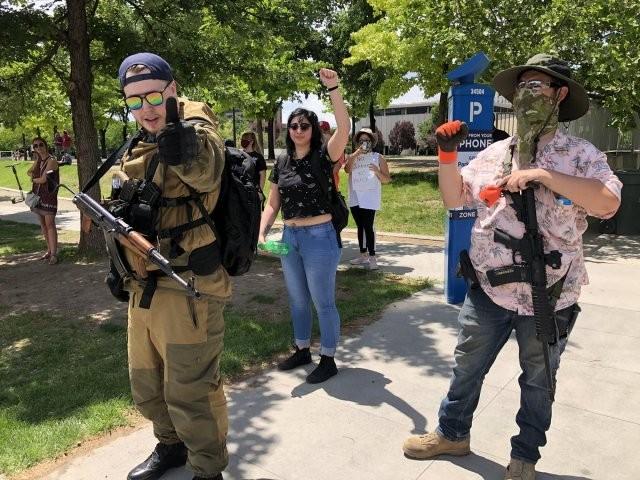 В Солт-Лейк-Сити вооруженные митингующие переворачивают машины (4 фото)