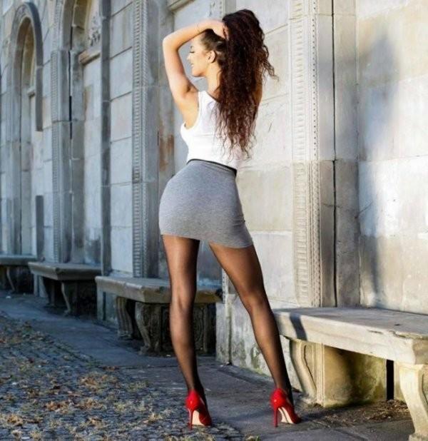 Девушки в мини юбках (12 фото)