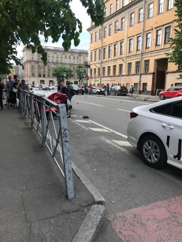 В центре Петербурга в аварию попали Ferrari и VW Polo (7 фото)