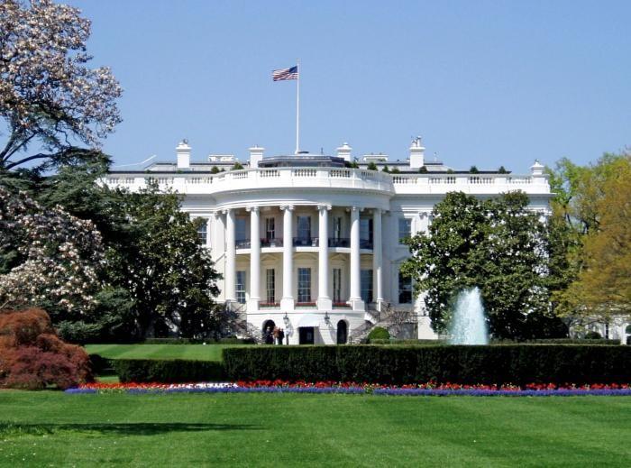 В Вашингтоне часть улицы возле Белого дома переименовали (2 фото)