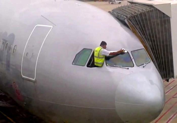 Что на самом деле ремонтируют в самолетах скотчем (7 фото)