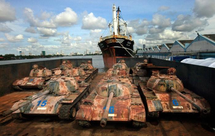 Для чего власти Таиланда топят в океане множество танков (6 фото)