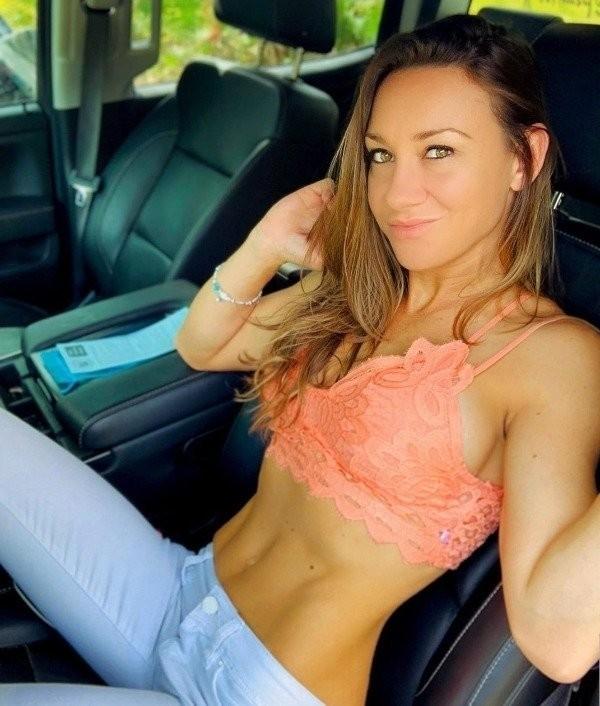 Девушки в машине (24 фото)