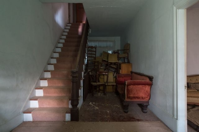 Заброшенный дом, который когда то принадлежал полковнику (20 фото)