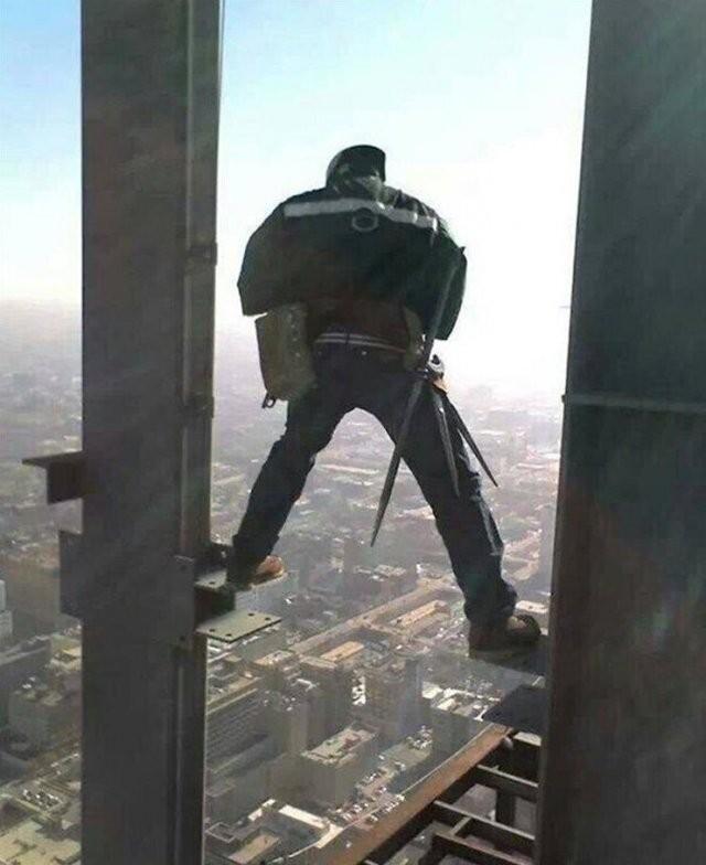 Работяги, которые забыли о технике безопасности (15 фото)