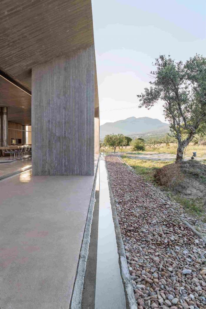 Треугольная архитектура в Греции (29 фото)