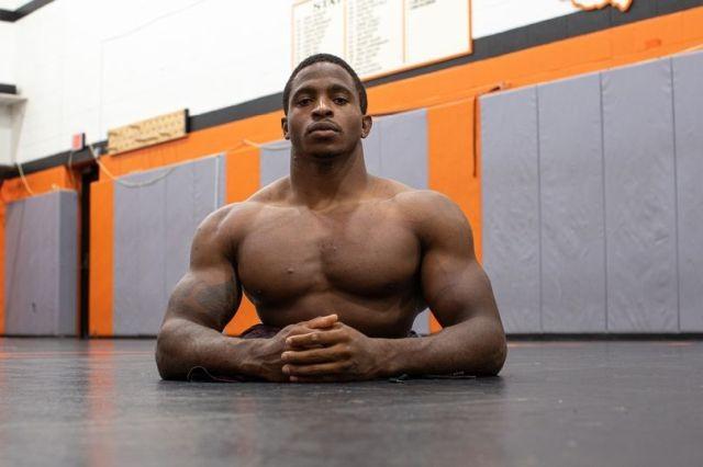 Сион Кларк-22-летний инвалид без ног собирается стать борцом (10 фото)