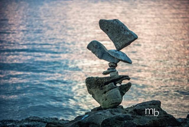 Скульптуры с балансирующими камнями Михи Брыновеца (36 фото)