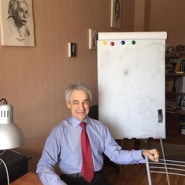 69-летний репетитор Николай Милованов стал звездой Сети (10 фото)