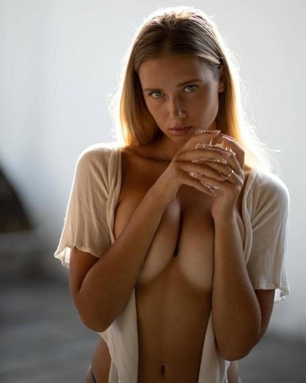 Новые засветы 03.07.2020: Девушки без лифчиков (26 фото)