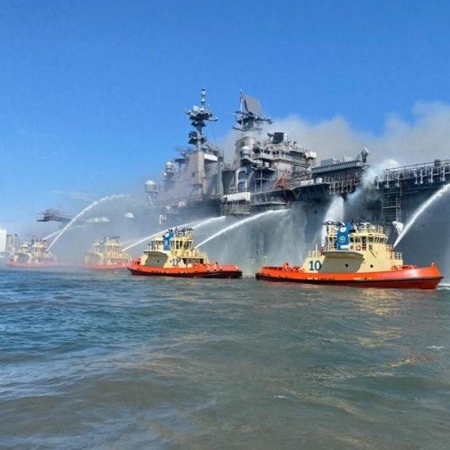 На военно-морской базе в Сан-Диего загорелся корабль (8 фото)