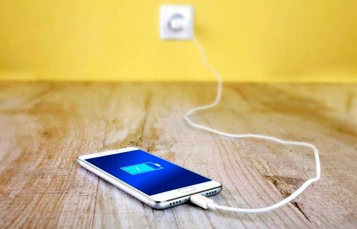 Где не стоит заряжать свой смартфон (2 фото)