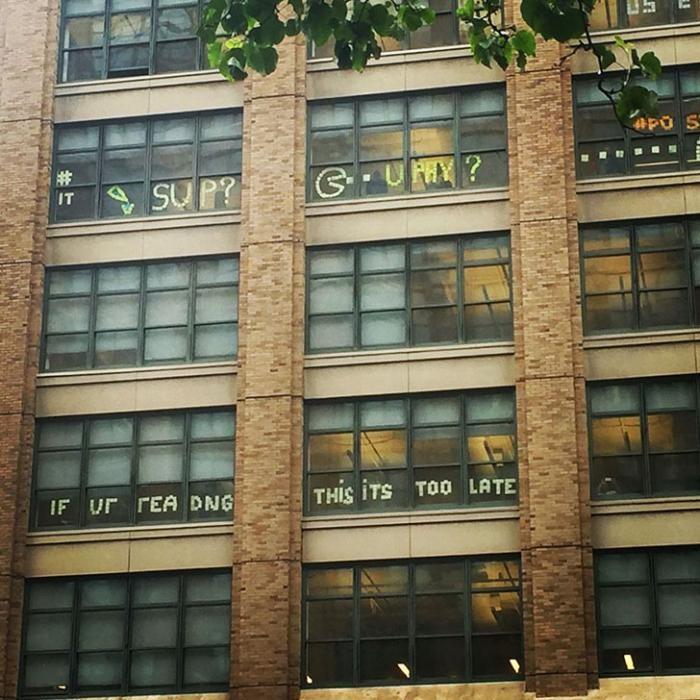 Битва стикеров между двумя офисными зданиями (12 фото)
