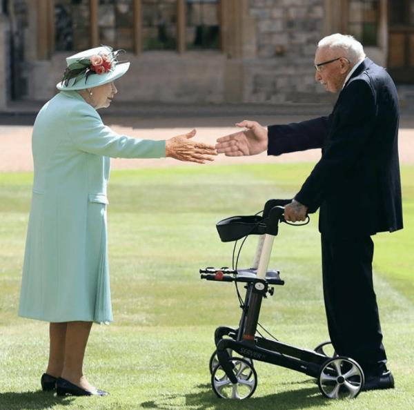 Королева Елизавета II посвятила в рыцари 99-летнего ветерана (13 фото)