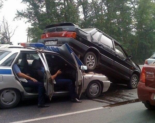 Автомобильные аварии, которые довольно сложно объяснить (15 фото)