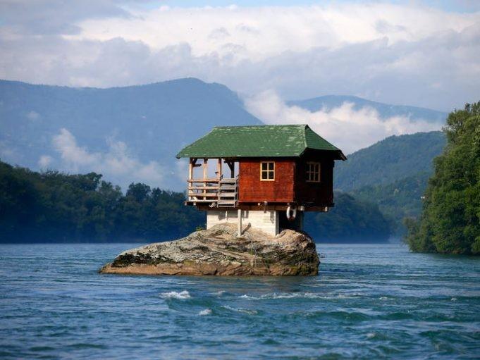 Дома, построенные в необычных местах (9 фото)