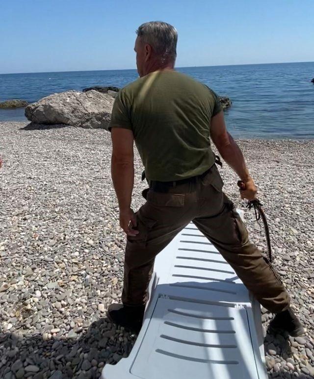 В Крыму казак пытался прогнать отдыхающих с пляжа нагайкой (2 фото)