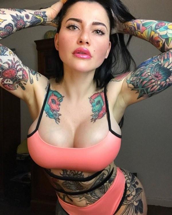 Аврора Париенте устала, что ее сравнивают с Меган Фокс и она решила покрыть тело татуировками (21 фото)