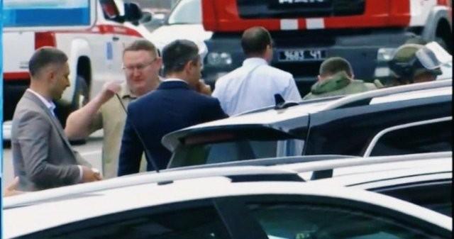 В Киеве неизвестный захватил заложников в офисе банка (7 фото)