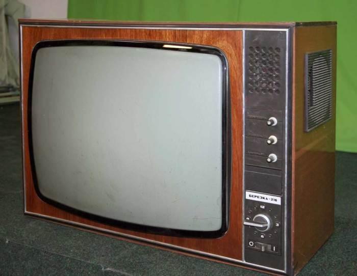 Почему в советских телевизорах корпус был деревянным (7 фото)