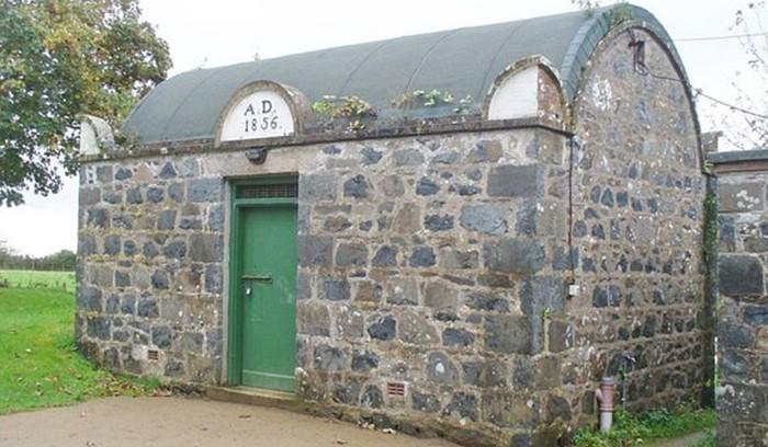 Как выглядит самая маленькая тюрьма в мире (7 фото)