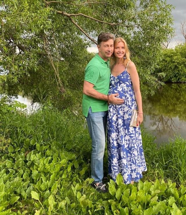 Стал отцом в 62 года - красавица-жена родила ему сына (10 фото)