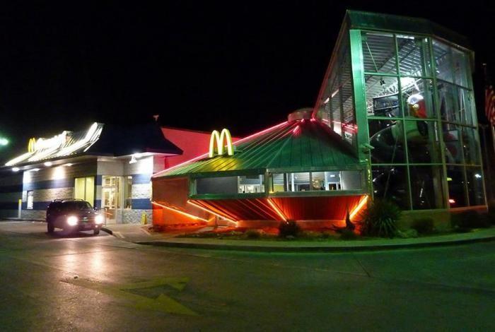 Самые необычные «Макдоналдсы» в мире (13 фото)