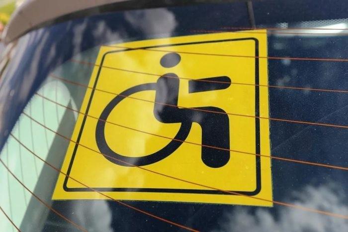 Что означает знак желтого круга с черными точками на стекле (5 фото)