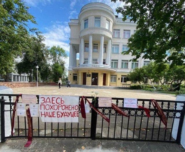 В Белоруссии выпускники школ несут свои грамоты и ленточки (5 фото)