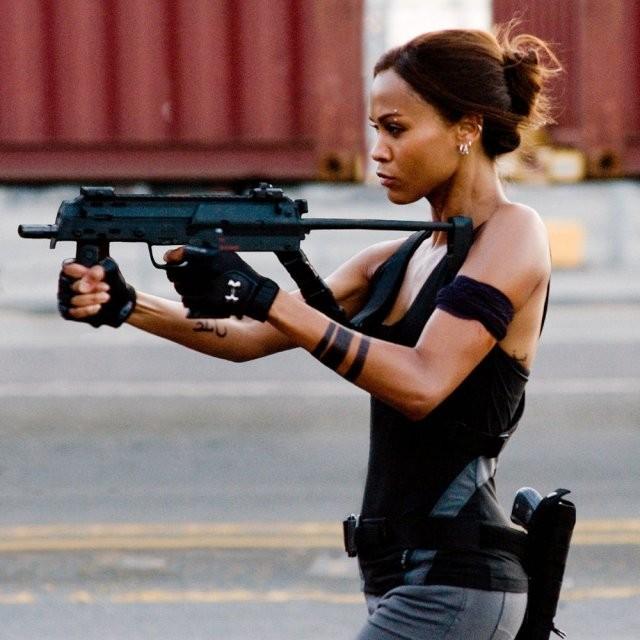 Красивые актрисы с пушками в руках (10 фото)