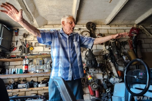 87-летний дедушка из-под Светлогорска сделал электромобиль (12 фото)