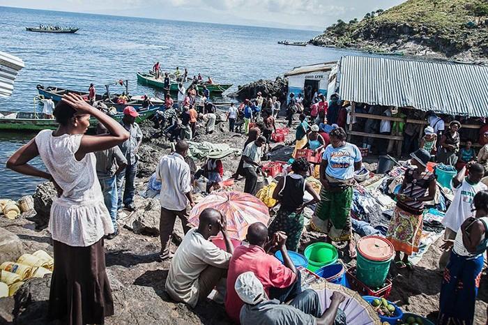 Как живётся людям на самом густонаселённом острове мира (7 фото)