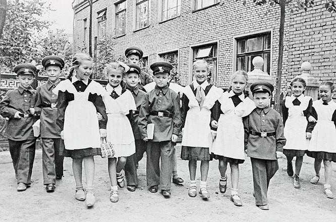 Как менялась школьная форма в России (14 фото)