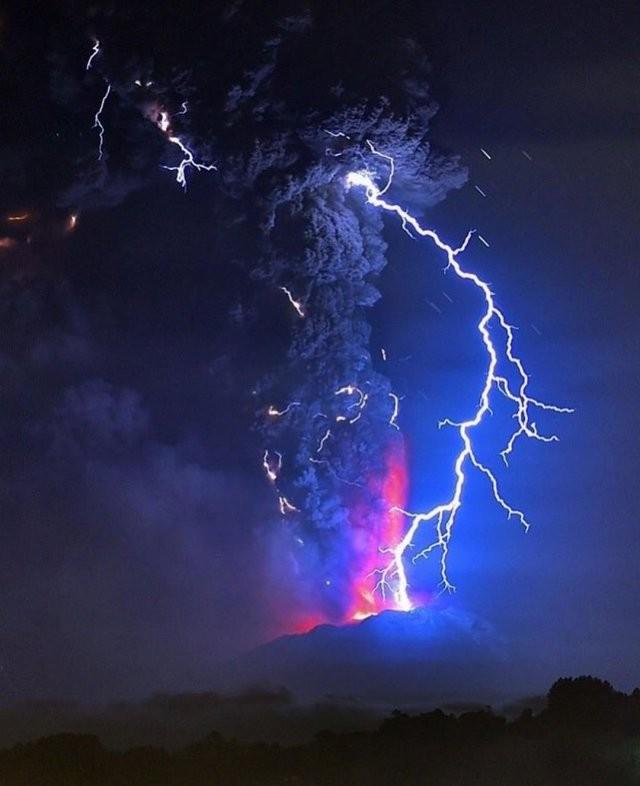 Невероятные фото электрического шторма в облаке пепла (10 фото)