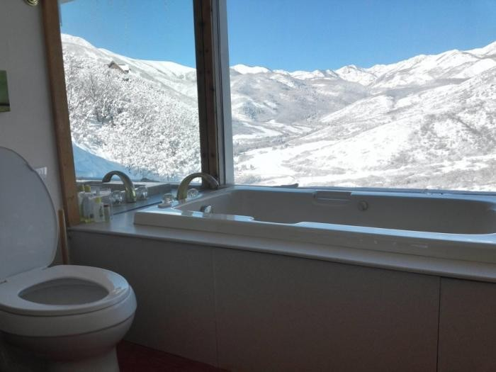 Туалетные комнаты, которые потрясают роскошными видами (20 фото)