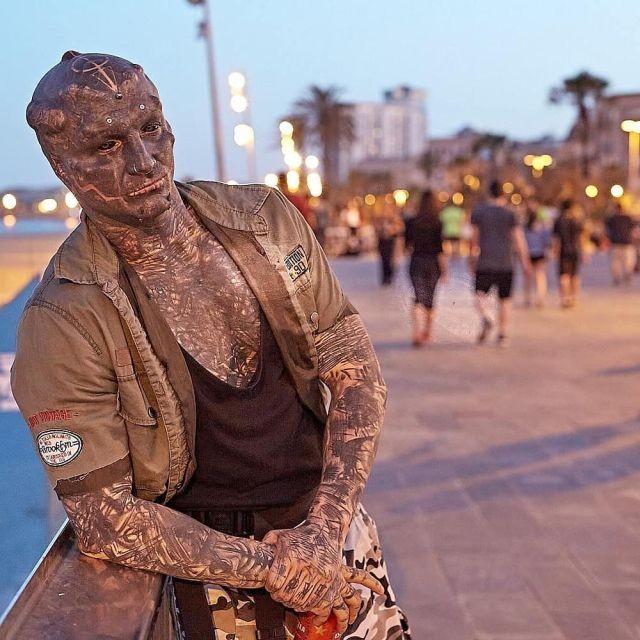 """Энтони Лоффредо - простой охранник из Франции, который оставил прежнюю жизнь ради превращения в """"рептилоида"""" (10 фото)"""