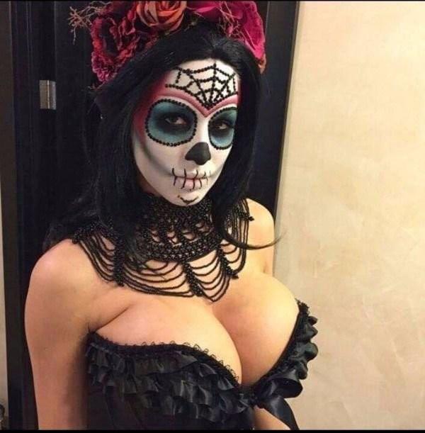 Девушки хвастаются откровенными нарядами к Хэллоуину (20 фото)