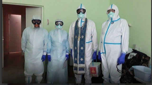 """Для кубанских священников создали специальные """"карантинные рясы"""" (1 фото)"""