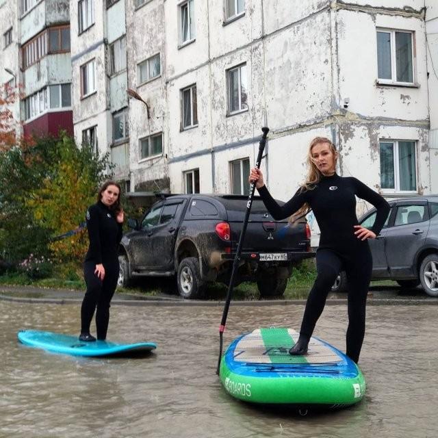 Лужа у дома в Южно-Сахалинске - теперь там катаются девушки на sup-серфинге (14 фото)