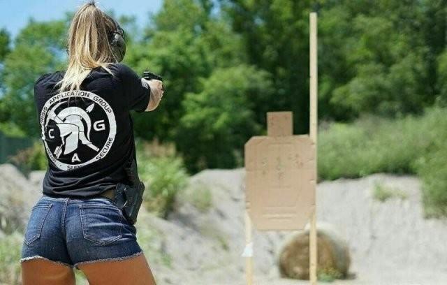 Девушки с оружием (25 фото)
