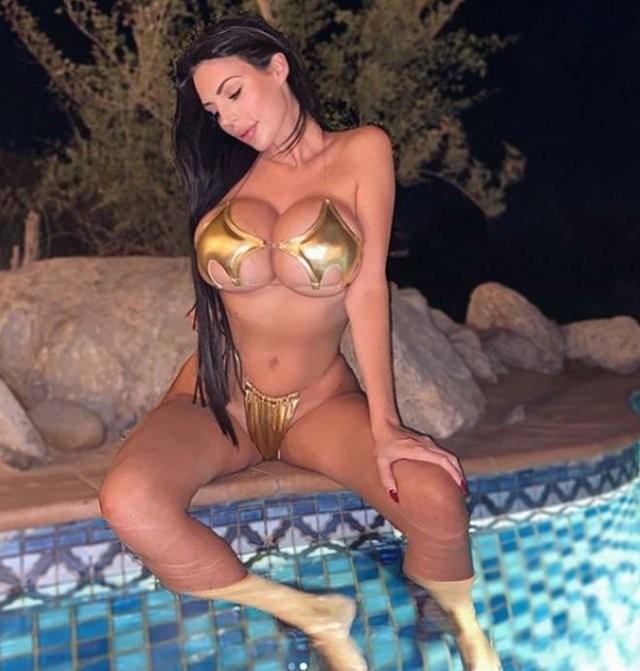 Модель Ивонн Бар пожаловалась, что ее грудь девятого размера отталкивает мужчин (15 фото)