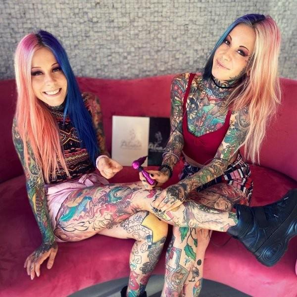 Алина и Алёна - татуированные близняшки из Германии (20 фото)