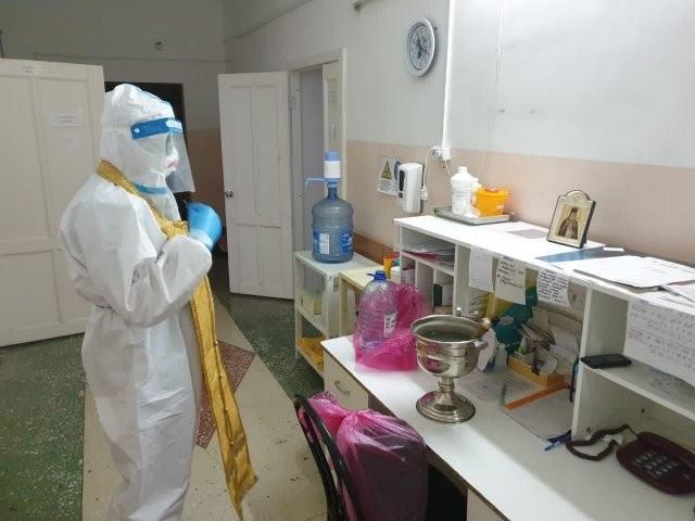 В Алтайском крае священник посетил госпиталь для больных коронавирусом (5 фото)