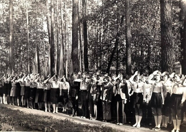 Детство в пионерских лагерях времен СССР (15 фото)