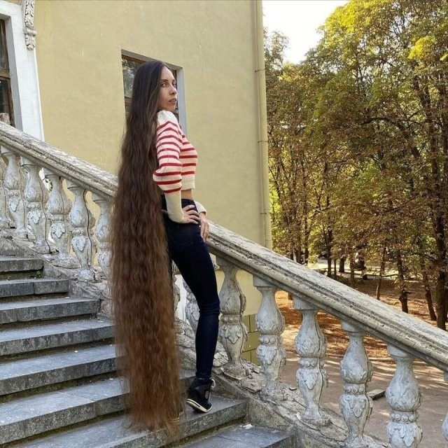 Алена Ануфриева: «Рапунцель» из Днепра с волосами до пят, работающая адвокатом (15 фото)