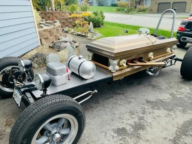 Гроб на колесиках: мужчина с Аляски построил необычное транспортное средство (12 фото)